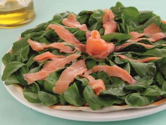 Pizza fria de rúcula com salmão defumado
